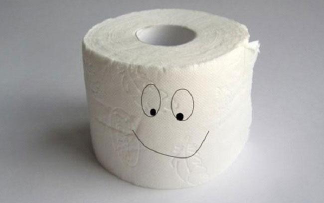 Bồn cầu bị nghẹt giấy, nó có tự thông sau một thời gian không?