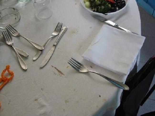 Làm cách nào để loại bỏ thực phẩm và dầu mỡ bẩn ra khỏi khăn trải bàn