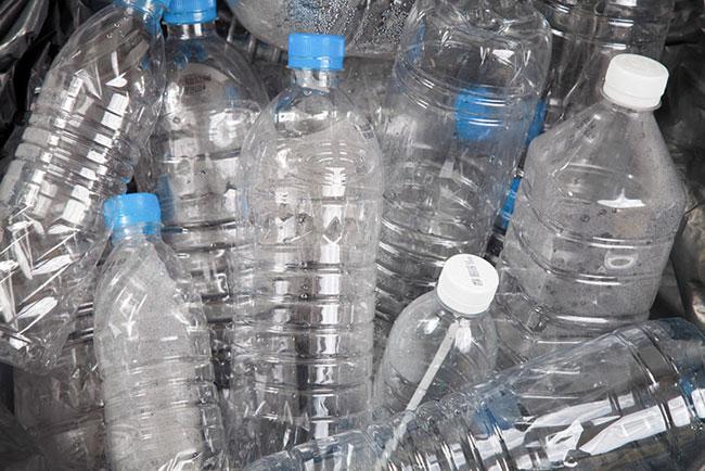 Xử lý tắc nghẽn bồn cầu bằng chai nhựa